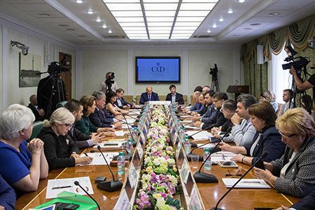 Проблемы населения Донбасса обсудили в Совете Федерации