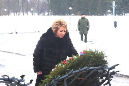 В. Матвиенко возложила цветы на Пискаревском кладбище по случаю Дня полного освобождения Ленинграда от фашистской блокады