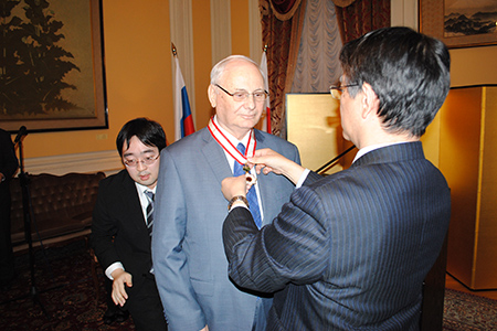 Борису Резнику вручен Орден Восходящего солнца