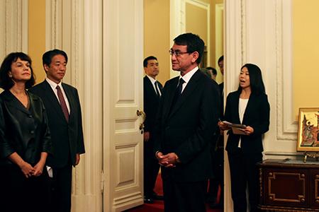 Министр иностранных дел Японии провел встречу с российскими деятелями культуры и науки