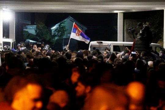 Протестующие в Белграде ворвались в здание Телевидения и Радио Сербии