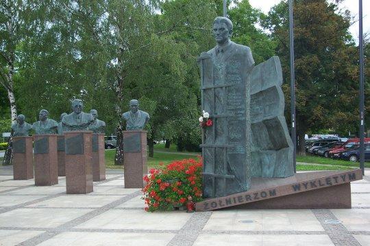 Культ военных преступников ссорит Польшу с соседями