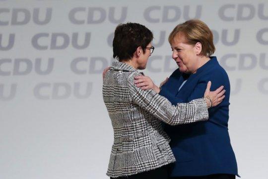 Провокация «Bloomberg» или реальность: Меркель не доверяет преемнице?