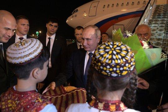 Путин прибыл в Ашхабад на саммит глав государств СНГ