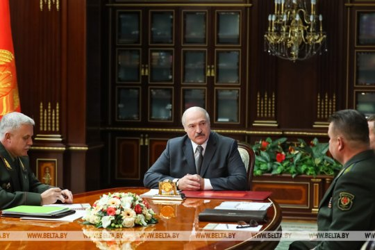 Лукашенко заявил о готовности ответить на размещение американских танков у белорусской границы