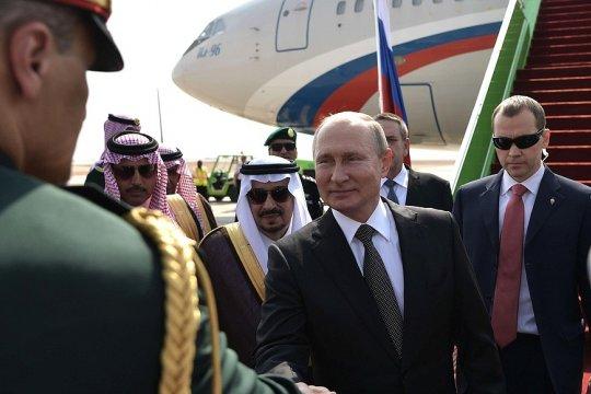 Владимир Путин прибыл с государственным визитом в Саудовскую Аравию