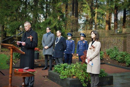 В Нидерландах прошла церемония изъятия земли на мемориальном кладбище Лёйсден