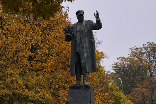 Russians never abandon their heroes, even when they are monuments