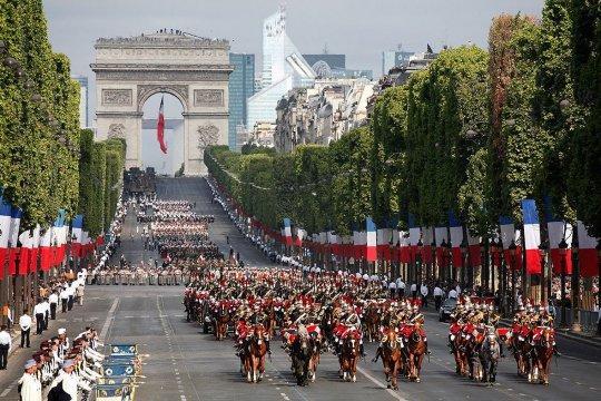 Во Франции отменили военный парад 14 июля