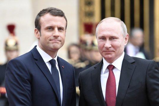 Путин выразил соболезнования Макрону в связи терактами во Франции