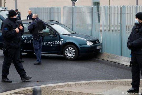 В ограду резиденции Меркель в Берлине врезался автомобиль