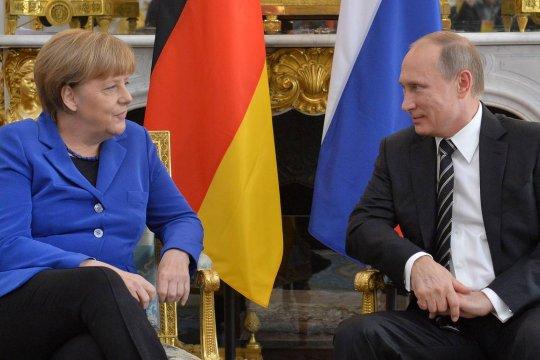 Путин и Меркель обсудили возможность совместного производства вакцины от COVID-19