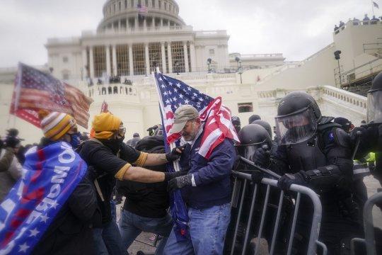 Конгресс США вернулся к работе после штурма здания сторонниками Трампа