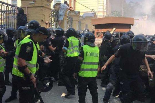Националисты устроили драку с силовиками у офиса Зеленского