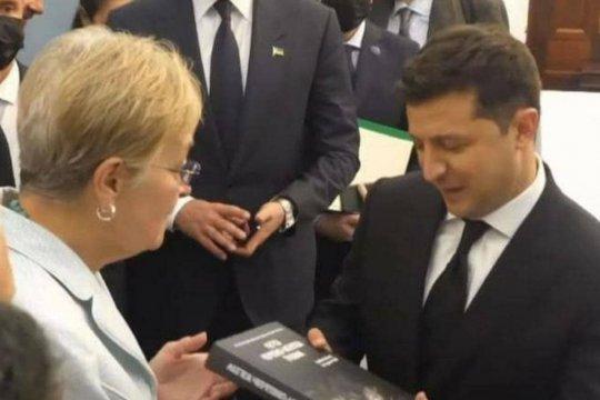 Захарова пошутила о подаренной Зеленскому в США книге