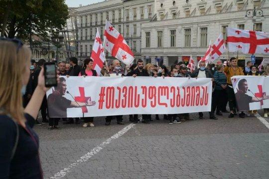 Десятки тысяч человек собрались в Тбилиси с требованием освободить Саакашвили