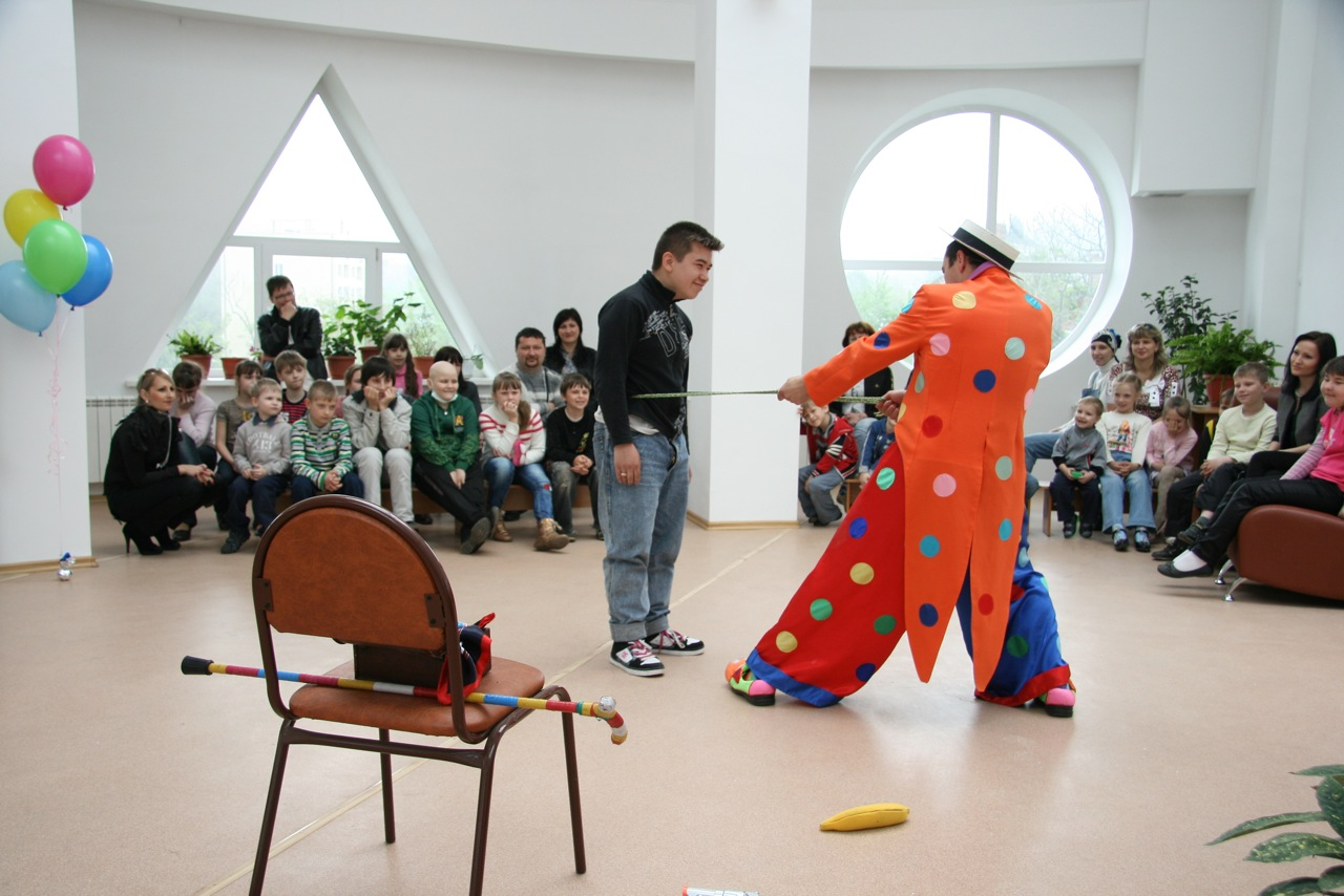 Концерт для детей в Центре, организованный  музыкотерапевтом. Выступают студенты Института искусств