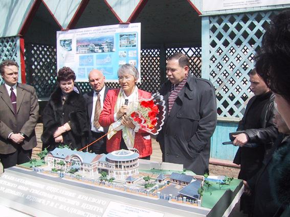 Церемония закладки первого камня 4 мая 2002 года. Слева от Натальи Оуэн  вице-губернатор Приморья Линецкий