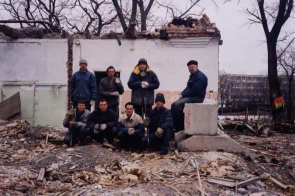 Рабочие сносят здание детского ТБ санатория 1936 года , на месте которого будет Центр
