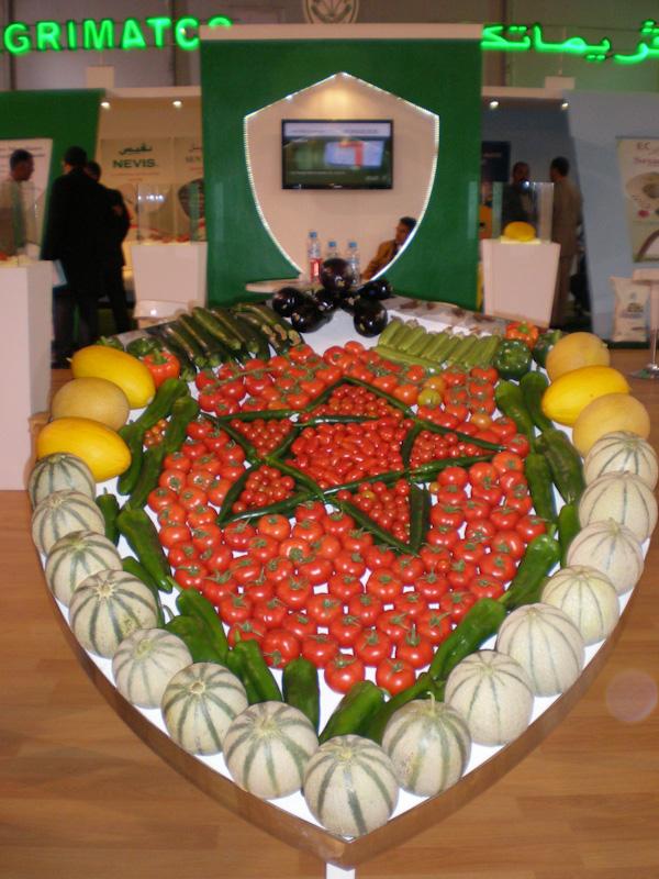 Флаг Марокко на SIFEL Agadir выложен из свежих овощей