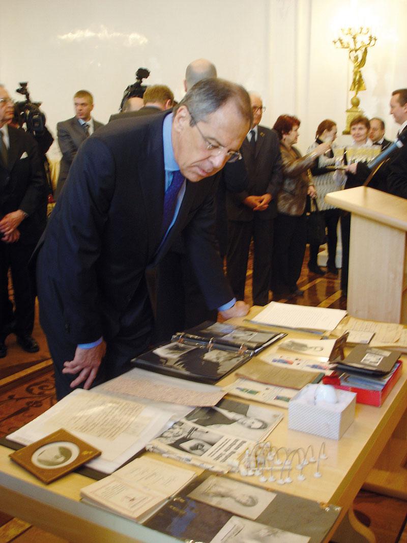 Министр иностранных дел России С.В.Лавров рассматривает царские реликвии
