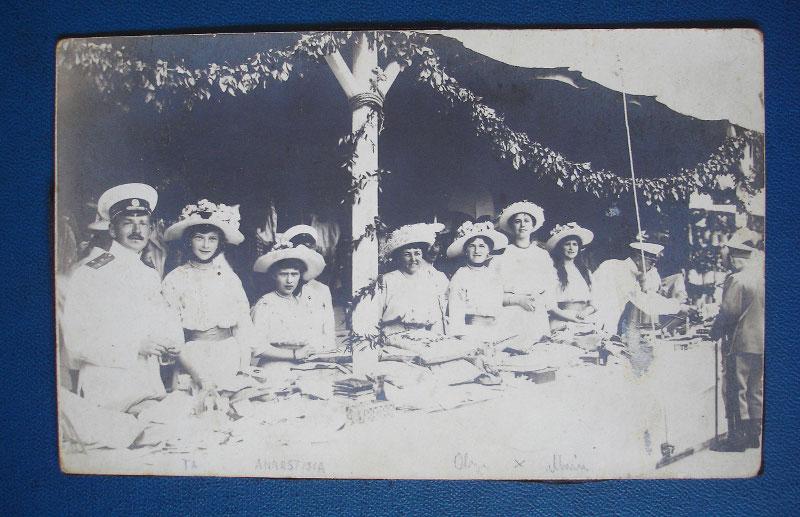 Маргарита Хитрово (вторая справа) с великими княжнами Татьяной, Анастасией и Ольгой (слева на право) на благотворительном базаре в Ялте