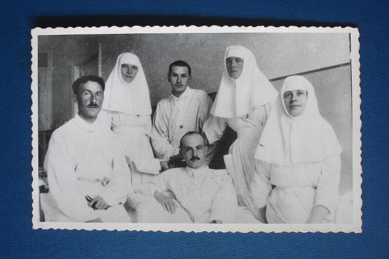 Маргарита Хитрово (справа) с великими княжнами Ольгой и Татьяной в лазарете в Царском Селе